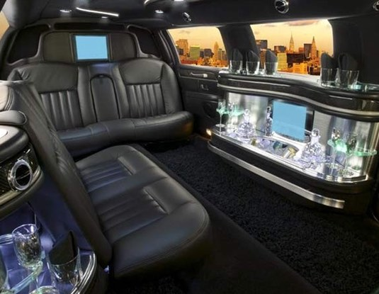 lincoln-stretch-limo-black-interior